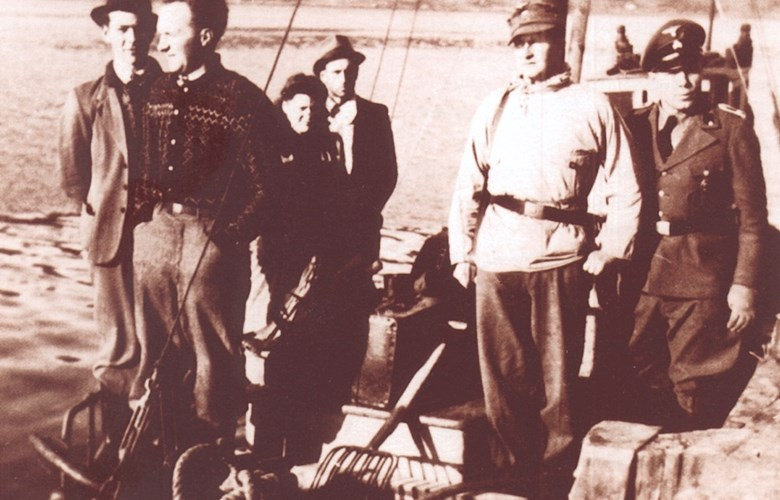 After the arrest at Staveneset in 1945. Two from Fure are standing in the bow, then Oddny and Anton Hollevik, Georg Esswein, and the SS officer Helmut Klötzer. The picture is believed to have been used for propaganda purposes in Germany.