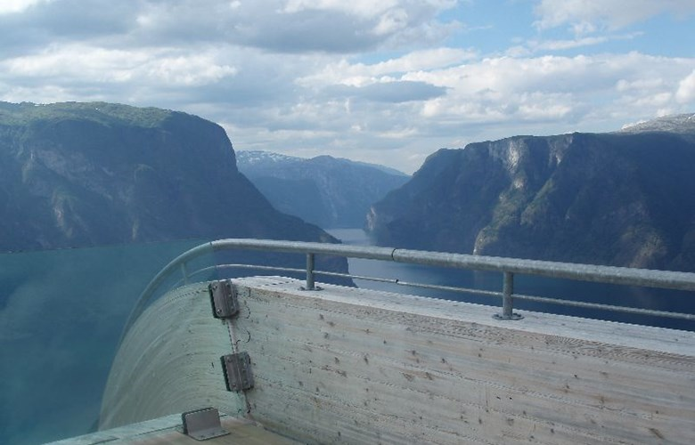 From Stegastein visitors have a spectacular view of the narrow Aurlandsfjord and the mountains lining the fjord.