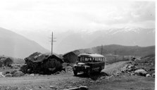 This picture is taken on the Aurland road at Kvammadal in 1965 before the whole road across the mountains was completed. The bus from Aurland arrives to bring tourists back down from the mountains.