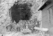 All the tunnels, with the exception of Nåli and Vatnahalsen, were drilled by hand. The drills were quickly worn down where the bedrock was hard. At Melhus the bedrock was so hard that they could not drill more than two-three centimetres before the drills had to be sharpened. The work teams could consist of six men; two men drilled, two men loaded, and two men transported the excavated masses. The rate of progress was usually two metres a week.