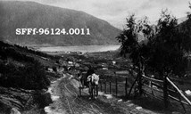 Farmers and others were still dependent upon the horse as a means of transportation. The picture shows a horse and cart in 1915 on the old road up to Eggjaberget in Sogndal. It took a long time before the road network apart from the main through roads was suitable for motorized traffic. Attempts were made to establish scheduled services up the valley of Sogndalsdalen, butt he company had to give up because of the bad road standard.