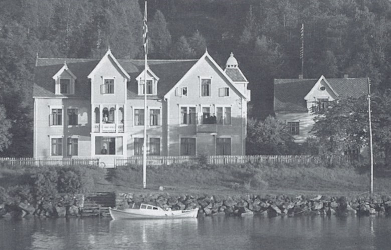 Hafstad Hotell was one of the most stately houses in Førde around the turn of century. The hotel was rebuilt several times, in 1895, in the Swiss style. Here can be seen the hotel after it was extended toward the west and was given a new front with a turret in the middle.