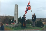 On every 17 May, there are remembrance ceremonies, and wreaths are laid at the war memorial stones in Solund. Participants here in the Husøy churchyard are Joveig Kalgraff and Oddgeir Eide.