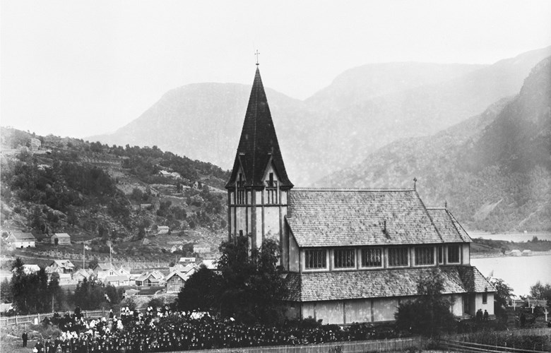 Stedje church on 13 August, 1905. The photographer has gathered the huge crowd who turned up on this day to vote 'yes' or 'no' to the dissolution of the union.