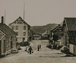 The street Torggata in Florø in the 1890s. The houses on the left side are still there.