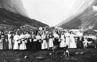 Milk maids at Langhuso about 1918. At that time there were 11 farms and some smallholdings at Undredal.