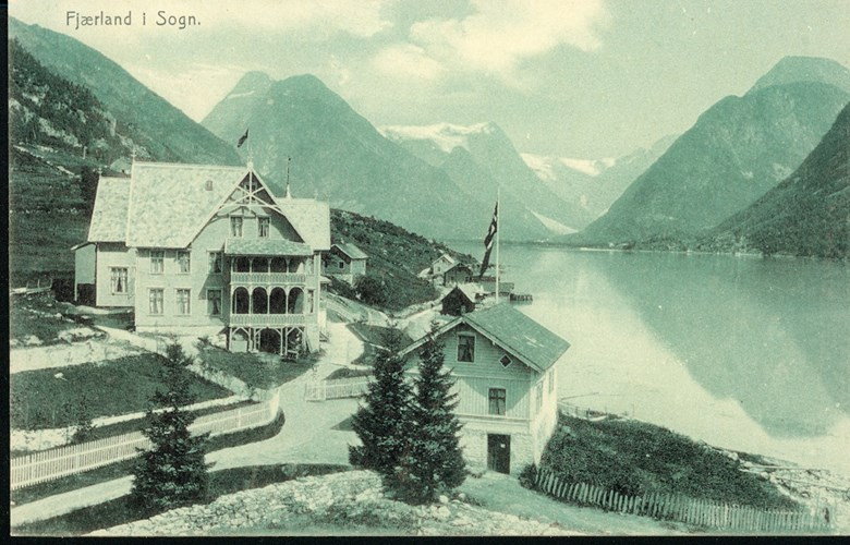 Hotel Mundal about 1910. We can barely see the Oscar II stone below the road in front of the hotel.