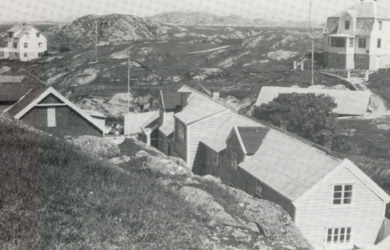 Gåsvær seen toward the northeast. The residential house is well protected against wind and weather.