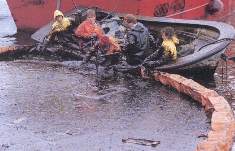 The cargo ship 'Mercantil Marcia', which was grounded westernmost in the Sognefjord in September, 1989, had relatively small quantities of oil onboard. But because of very bad weather, it was impossible to collect the oil from the sea, and much of it drifted ashore.