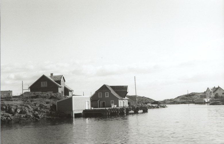 The steamship terminal at Husøy was built in 1951 by Elling Haveland from Gulen. He had several other new quays in Solund built and older ones repaired. Before the quay was built, they boarded the steamer north of Husøy.<br /> In the old, beautiful saltery, fish was received for a number of years. In the residential building near the quay, Borghild and Harald Henriksen lived. In addition to the terminal, they also operated a general shop here. Husøy, which in its time was a country seat, today has permanent residents only in the summer.