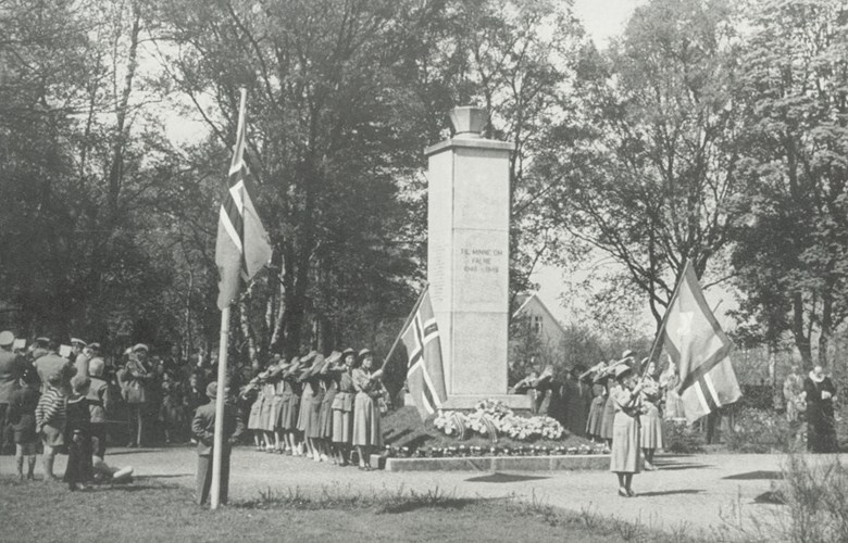 Memorial ceremony on 17 May by the monument commemorating those who died from the municipality of Flora. The memorial stone was unveiled in August 1946, attended by about 1500 people. Later on, there have been memorial ceremonies every year on 1 May and 17 May, as well as on anniversaries for the attack on Norway and the day the war ended. The picture - taken some time before 1960 - shows many people attending the ceremony, flags, brass bands, parades and honorary guards, flower decorations and wreaths.