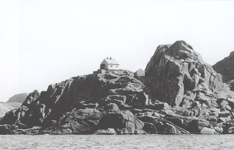 The lighthouse is located on a crag furthest to the west on the island of Hovden in Flora, 40 metres above sea level. It is one of the highest located lighthouses in the country, with a commanding view north and south along the line of sunken rocks and skerries, and west to the open ocean.