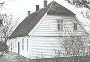 The residence is a building of one-and-a-half storeys with a flat dormer and a half-hipped roof. At the back, the house still has old-fashioned windows.